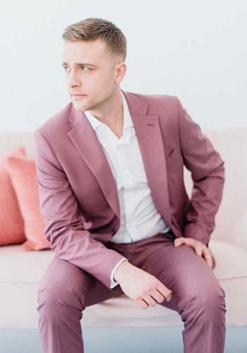 สไตล์ชุดสูทสีชมพูเเบบเรียบหรู ทรงวัยรุ่นนิยมใส่คู่กับเสื้อเชิ๊ตสีขาว