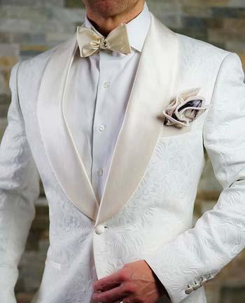 ชุดสูทสีขาว ปกทักซิโด้ กระดุมหนึ่งเม็ด ใส่คู่กับหูกระต่ายและผ้าเช็ดหน้าสีครีม