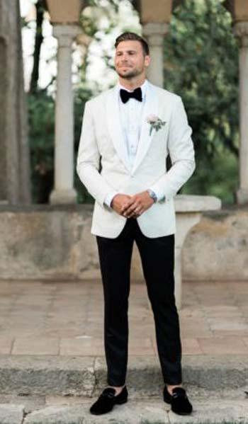 เสื้อสูทสีขาวปกทักซิโด้ใส่เเมทต์กับกางเกงสีดำ