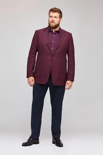 เสื้อสูทไซส์ใหญ่สีเเดงสองกระดุมไส่เเมทช์กับกางเกงสีดำทรงเข้ารูป