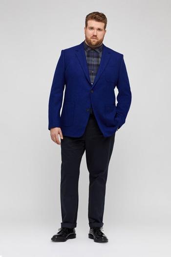 เสื้อสุทสีน้ำเงินหนึ่งกระดุมใส่คู่กับกางเกงสีดำทรงเข้ารูป