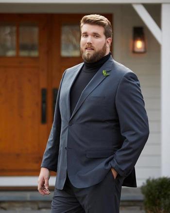 เเนวเท่กับชุดสูทสองกระดุมใส่เเมทช์กับเสื้อยืดคอเต๋าสีดำ