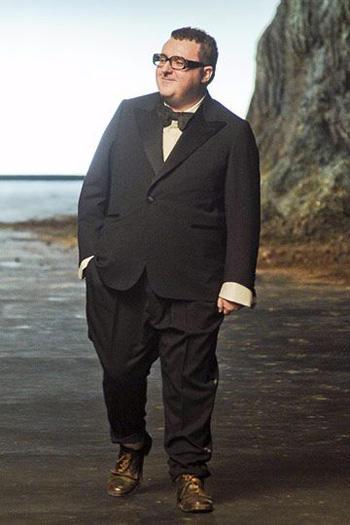 หรูหรากับชุดสูทสีดำแบบทักซิโด้หนึ่งกระดุม เเมตท์กับเสื้อเชิ๊ตสีขาว