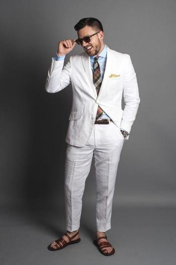 ลุคชิวๆกับชุดสูทสีขาวใส่คู่กับเสื้อเชิ๊ตสีฟ้าตัดกับสีสูท