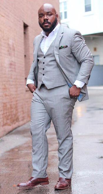 หนุ่มอวบก็สามารถใส่ชุดสูทสีเทาได้ด้วยเเบบสูทหนึ่งกระดุมทรง Slim Fit
