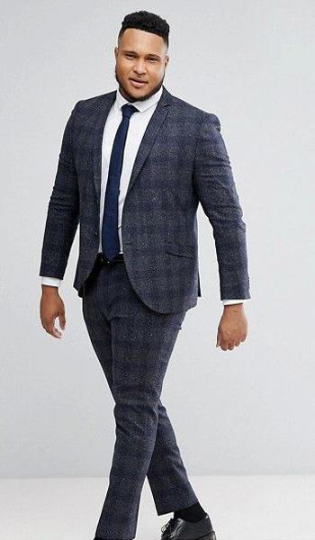 หนุ่มมาดเข้มกับชุดสูทเเนวเเฟชั่นสีน้ำเงินลายตารางทรง Slim Fit
