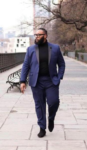 ชุดสูททัซิโด้สีน้ำเงินเเบบสองกระดุม เเมตท์กับเสื้อคอเต่าสีดำ